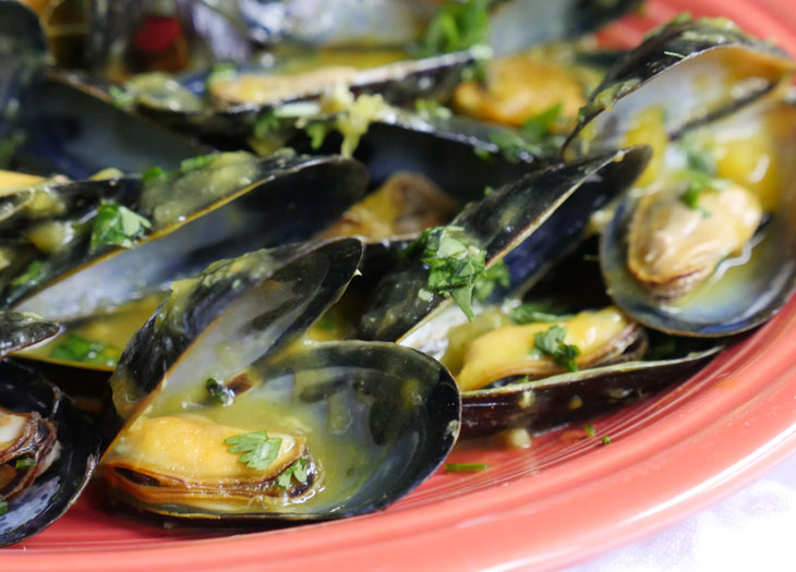 mussels in a mango and white wine sauce